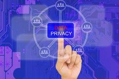 Κουμπί ιδιωτικότητας στοιχείων συμπίεσης χεριών στη διεπαφή με το μπλε PCB BO Στοκ φωτογραφία με δικαίωμα ελεύθερης χρήσης