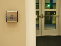 Κουμπί πορτών αναπηρίας Στοκ εικόνα με δικαίωμα ελεύθερης χρήσης