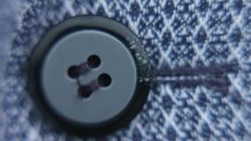 Κουμπί στενό σε έναν επάνω πουκάμισων απόθεμα βίντεο