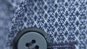 Κουμπί στενό σε έναν επάνω πουκάμισων φιλμ μικρού μήκους