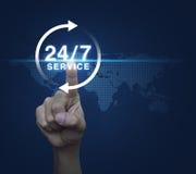 Κουμπί συμπίεσης χεριών εικονίδιο υπηρεσιών 24 ωρών πέρα από τον ψηφιακό παγκόσμιο χάρτη Στοκ φωτογραφίες με δικαίωμα ελεύθερης χρήσης