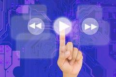 Κουμπί συμπίεσης χεριών στη διεπαφή με το μπλε PCB bord backgroun στοκ φωτογραφία με δικαίωμα ελεύθερης χρήσης