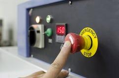 Κουμπί συμπίεσης χεριών στο πίνακα ελέγχου Στοκ εικόνα με δικαίωμα ελεύθερης χρήσης