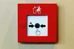 Κουμπί συστημάτων συναγερμών πυρκαγιάς Κλείνω-επάνω της μηχανής Τύπου συναγερμών πυρκαγιάς Στοκ εικόνα με δικαίωμα ελεύθερης χρήσης