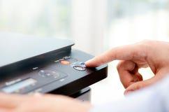 Κουμπί Τύπου χεριών στην επιτροπή του εκτυπωτή Στοκ εικόνα με δικαίωμα ελεύθερης χρήσης