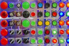 Κουμπί ώθησης με την πολύχρωμα δύναμη και το κλειδί Στοκ φωτογραφία με δικαίωμα ελεύθερης χρήσης