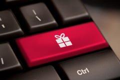 Κουμπί δώρων στο πληκτρολόγιο με τη μαλακή εστίαση Στοκ Εικόνες