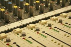 Κουμπιά αναμικτών μουσικής Στοκ φωτογραφία με δικαίωμα ελεύθερης χρήσης