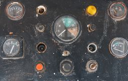 Κουμπιά και αισθητήρες στο παλαιό ταμπλό ελέγχου σε ένα γιοτ Στοκ Φωτογραφίες