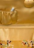 Κουμπιά και ασημένια νήματα μέσα σε ένα διακοσμητικό καλάθι Στοκ Φωτογραφίες