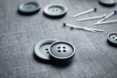 Κουμπιά και καρφίτσες για την προσαρμογή Στοκ Φωτογραφίες