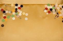Κουμπιά και καρφίτσες στο διακοσμητικό καλάθι Στοκ Εικόνα