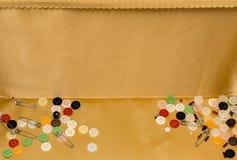 Κουμπιά και καρφίτσες στο διακοσμητικό καλάθι Στοκ φωτογραφίες με δικαίωμα ελεύθερης χρήσης