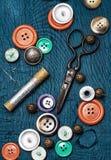 Κουμπιά και φερμουάρ και ράβοντας εργαλείο Στοκ φωτογραφία με δικαίωμα ελεύθερης χρήσης