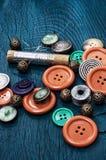 Κουμπιά και φερμουάρ και ράβοντας εργαλείο Στοκ Φωτογραφίες