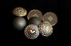 Κουμπιά μετάλλων στο μαύρο bacground Στοκ εικόνα με δικαίωμα ελεύθερης χρήσης