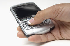 Κουμπιά συμπίεσης χεριών στο κινητό τηλέφωνο ενώ μήνυμα  στοκ φωτογραφία