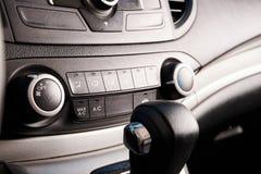 Κουμπιά του ελέγχου κλιματιστικών μηχανημάτων στο σύγχρονο αυτοκίνητο στοκ φωτογραφίες