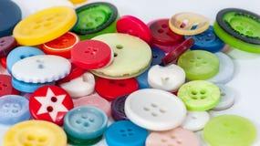 Κουμπιά των διαφορετικών χρωμάτων και του μεγέθους Στοκ Εικόνες