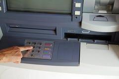 Κουμπιά Τύπου γυναικών στο πληκτρολόγιο μιας μηχανής του ATM Στοκ φωτογραφίες με δικαίωμα ελεύθερης χρήσης