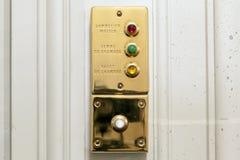 Κουμπιά υπηρεσιών δωματίων σε ένα φανταχτερό δωμάτιο ξενοδοχείου Στοκ Εικόνες