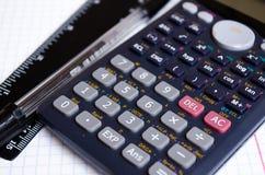 Κουμπιά υπολογιστών Σημειωματάριο Bugtery Γραφείο για να εργαστεί στο γραφείο Σχολικές προμήθειες Στυλοί, μολύβια, κυβερνήτης, υπ στοκ φωτογραφίες με δικαίωμα ελεύθερης χρήσης