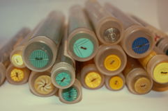 Κουμπιά ψιλικών στους σωλήνες Στοκ φωτογραφία με δικαίωμα ελεύθερης χρήσης