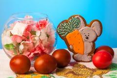 Κουνέλι με το καρότο στα σπιτικά μπισκότα Στοκ Φωτογραφία