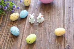 Κουνέλι Πάσχας με τα αυγά Πάσχας στο ξύλινο υπόβαθρο Κινηματογράφηση σε πρώτο πλάνο Στοκ φωτογραφία με δικαίωμα ελεύθερης χρήσης