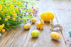 Κουνέλι Πάσχας με τα αυγά Πάσχας στο ξύλινο υπόβαθρο Κινηματογράφηση σε πρώτο πλάνο Στοκ Εικόνες