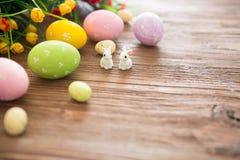 Κουνέλι Πάσχας με τα αυγά Πάσχας στο ξύλινο υπόβαθρο Κινηματογράφηση σε πρώτο πλάνο Στοκ Εικόνα