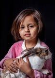 Κουνέλι κατοικίδιων ζώων εκμετάλλευσης νέων κοριτσιών στοκ φωτογραφία