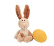 Κουνέλι Πάσχας με το κίτρινο αυγό Στοκ Φωτογραφίες