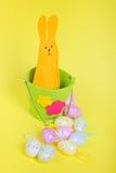 Κουνέλι Πάσχας στον κάδο σε κίτρινο Στοκ Εικόνες
