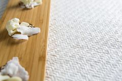 Κουνουπίδια με το τυρί στον τέμνοντα πίνακα Στοκ εικόνες με δικαίωμα ελεύθερης χρήσης