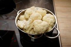 Κουνουπίδι που μαγειρεύεται σε μια κατσαρόλλα στοκ εικόνα με δικαίωμα ελεύθερης χρήσης
