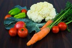 Κουνουπίδι, ντομάτες, καρότα και πιπέρια στον πίνακα Στοκ φωτογραφία με δικαίωμα ελεύθερης χρήσης