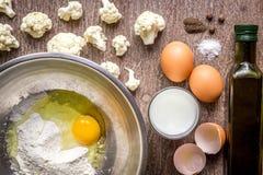 Κουνουπίδι που ψήνεται με το αυγό και το αλεύρι Στοκ εικόνες με δικαίωμα ελεύθερης χρήσης
