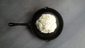 Κουνουπίδι σε ένα τηγάνι σιδήρου Στοκ φωτογραφία με δικαίωμα ελεύθερης χρήσης