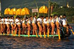 Κουπί λαών από τα πόδια στο φεστιβάλ παγοδών Phaung Daw Oo, το Μιανμάρ Στοκ φωτογραφία με δικαίωμα ελεύθερης χρήσης