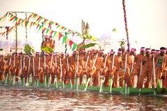 Κουπί λαών από τα πόδια στο φεστιβάλ παγοδών Phaung Daw Oo, το Μιανμάρ Στοκ εικόνα με δικαίωμα ελεύθερης χρήσης