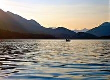 Κουπί βραδιού στη λίμνη πεστροφών Στοκ Φωτογραφίες