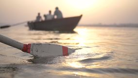 Κουπί που εισάγει το νερό με από τη βάρκα εστίασης στο υπόβαθρο απόθεμα βίντεο