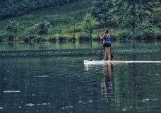 Κουπί που επιβιβάζεται στη λίμνη στοκ εικόνες με δικαίωμα ελεύθερης χρήσης