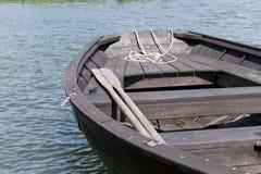 Κουπιά και βάρκα στοκ εικόνες