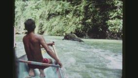 Κουπιά λεμβούχων μέσω των ορμητικά σημείων ποταμού απόθεμα βίντεο