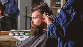 Κουρέας με τις εργασίες κουρευτών ζώων τρίχας για το hairstyle για το γενειοφόρο υπόβαθρο ατόμων barbershop r barbells στοκ φωτογραφία με δικαίωμα ελεύθερης χρήσης