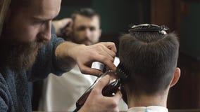 Κουρέας που ξυρίζει την τρίχα στο barbershop απόθεμα βίντεο