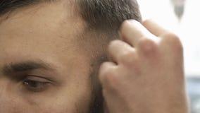 Κουρέας που ξυρίζει την τρίχα στο barbershop φιλμ μικρού μήκους