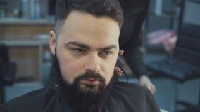 Κουρέας που ξυρίζει την τρίχα στο barbershop 4K απόθεμα βίντεο